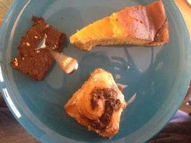 Der Du-darfst-Teller. Schokokuchen, Zimtschnecke, Topfenkuchen