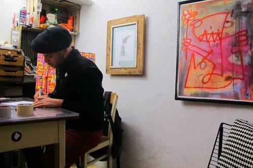 Ein echter Baske trägt Mütze. Daniel an seinem Platz im Atelier.