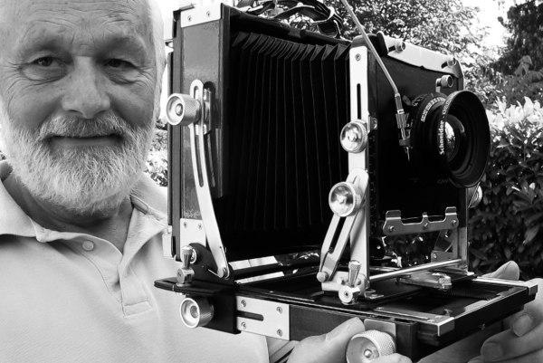 Dietmar Kurzmann mit einer seiner Kameras.
