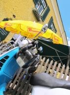 Der Roller. Vor dem Schanigarten.