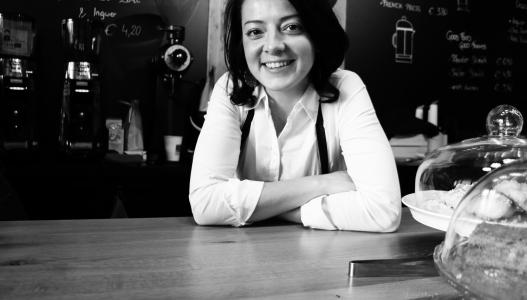 Doris Karl röstet im Kaffee Campus Krems.