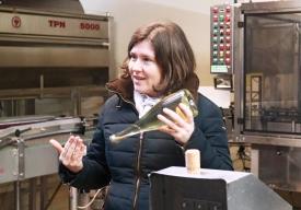 Eva Steininger erklärt uns, wie man die Hefe wieder aus der Flasche kriegt.
